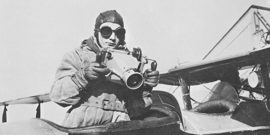 Der Fotograf Max Bundermann mit einer Luftbildkamera, ca. 1923  ©Hansa Luftbild